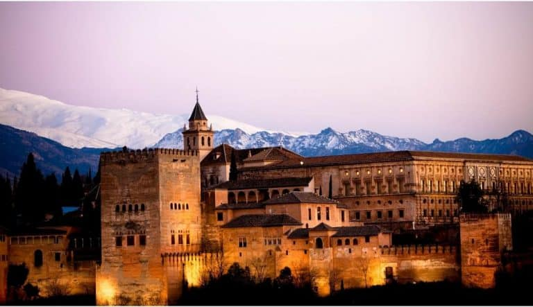 La Alhambra De Granada. La Joya Del Reino Nazarí.
